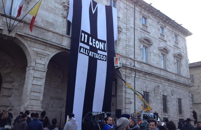 Allestimento del palco in Piazza Arringo