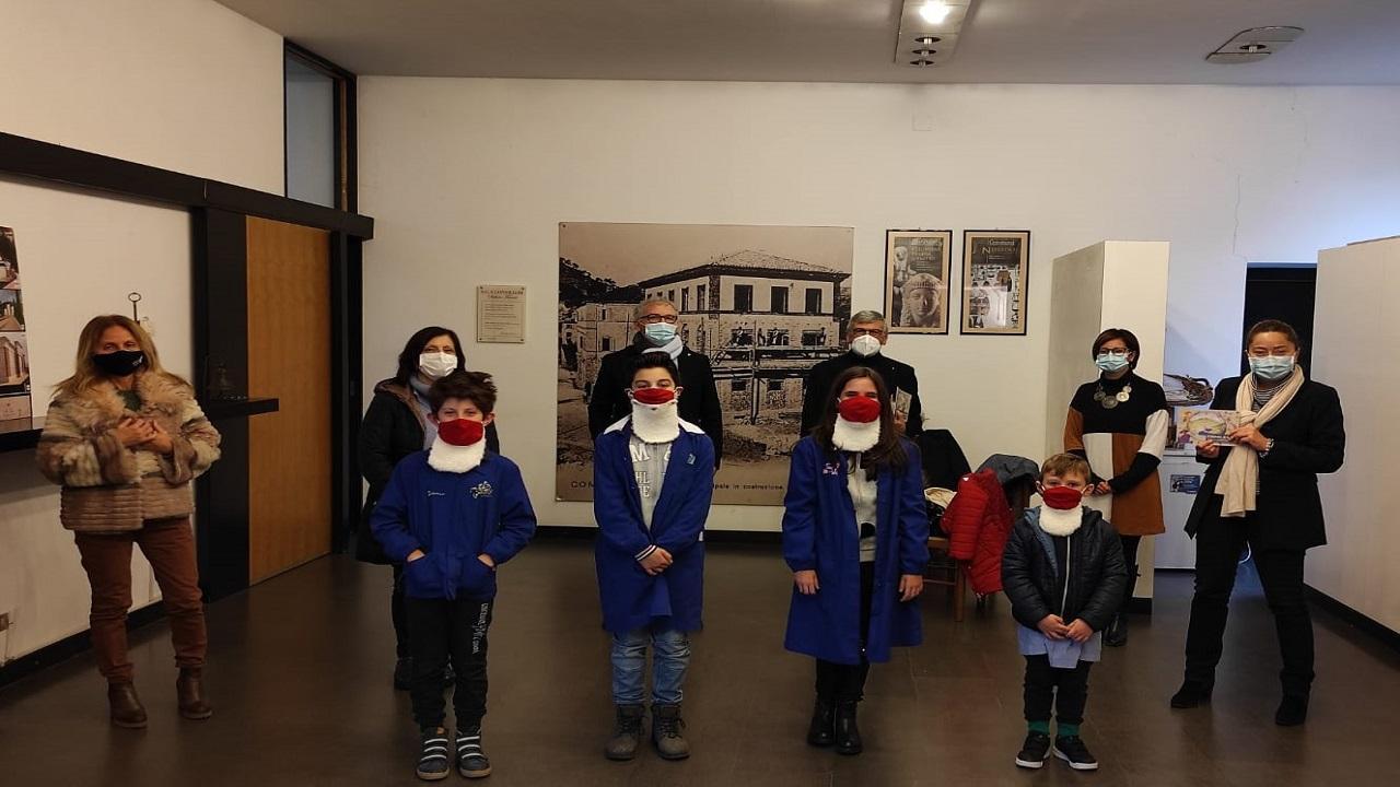 Comunanza, libri fiabeschi e mascherine di Babbo Natale donati da Kiro per avvicinare bimbi al territorio