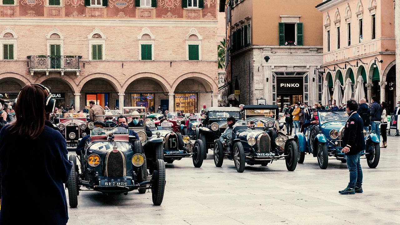 Ascoli Piceno, successo per passaggio Mille Miglia nel suggestivo scenario del centro storico