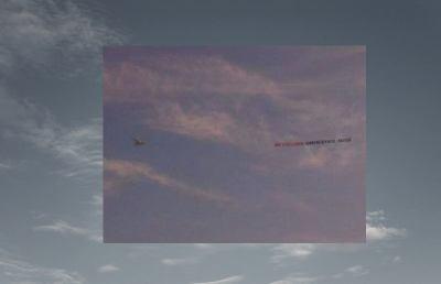 Striscione sui cieli della riviera: «Sua Eccellenza Samb, 4 Adios»