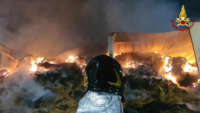 Force, Vigili del fuoco ancora al lavoro per spegnere incendio a capannone stoccaggio rotoballe