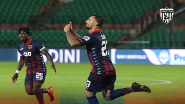 Cosenza-Lecce 1-1, Gliozzi replica a Coda. Quinto pareggio di fila per i rossoblù