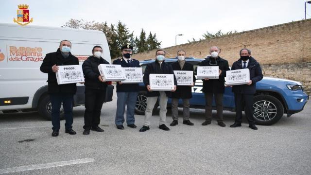 """""""Facciamo un pacco alla Camorra"""", Confcommercio Ascoli e Polizia consegnano doni all'Emporio della Caritas"""