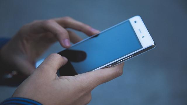 Università della California, il sudore delle mani dovrebbe ricaricare i telefoni cellulari in futuro