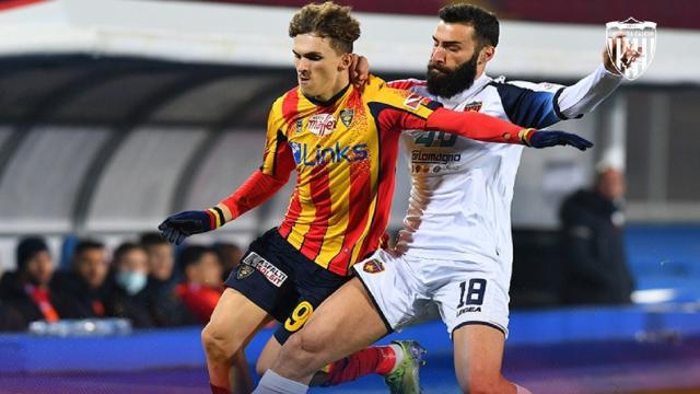 Lecce-Cosenza 3-1, Gliozzi illude i Lupi poi è rimonta giallorossa (con due rigori)