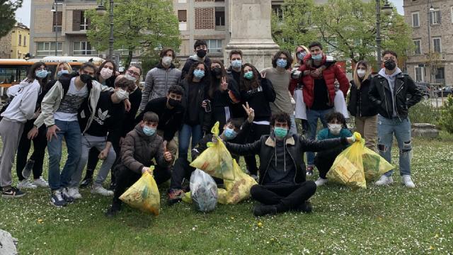 Questione Natura, ad Ascoli Piceno ragazzi raccolgono 135 mascherine e materiale plastico