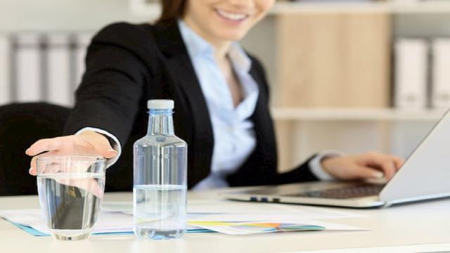 Estate ormai alle spalle, fondamentale non trascurare idratazione anche in ufficio