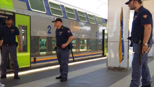 Stazione San Benedetto del Tronto, poliziotti ritrovano bambino sfuggito al controllo dei genitori