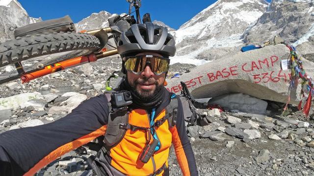 Dall'Everest ai Sibillini: 50 chilometri di pedalata in compagnia dell'ultraciclista Omar Di Felice