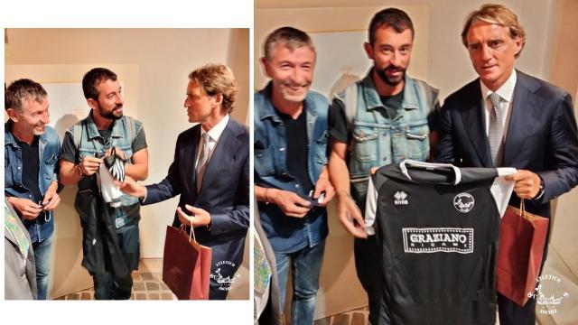 Graziano Ricami, consegnata maglia Atletico Ascoli al ct della Nazionale Roberto Mancini