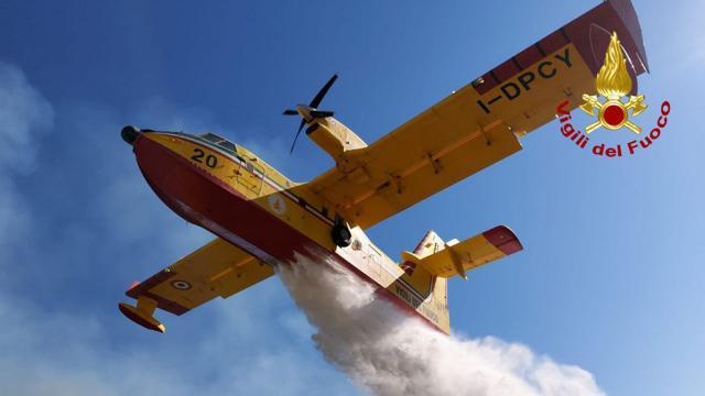 Ascoli Piceno, Vigili del Fuoco al lavoro per incendio di un bosco a Morignano. Impiegati anche mezzi aerei
