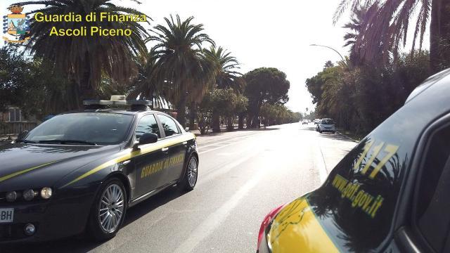 Guardia Finanza Ascoli, intensificazione dispositivo contrasto ai traffici illeciti. Sequestrati prodotti contraffatti