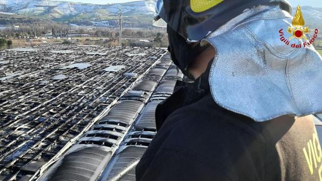 Ascoli Piceno, Vigili del Fuoco domano incendio divampato all'autoporto di Villa Sant'Antonio