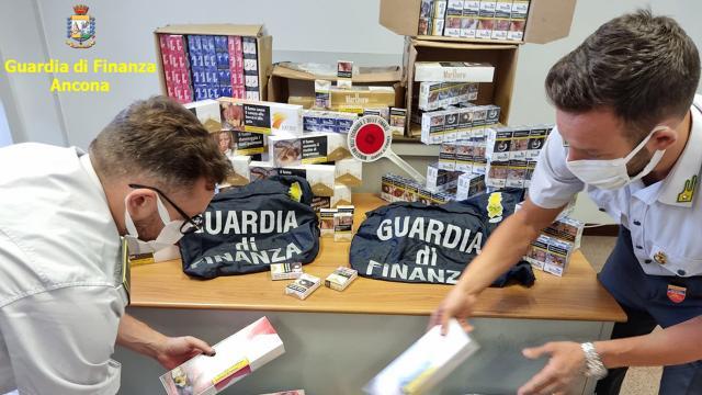 Guardia di Finanza, scoperto contrabbando sigarette tra i porti di Ancona e Salerno. Denunciate ventotto persone