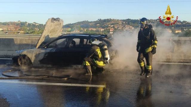 Superstrada Ascoli-Mare, intervento dei Vigili del Fuoco per incendio vettura su tratto ad unica corsia
