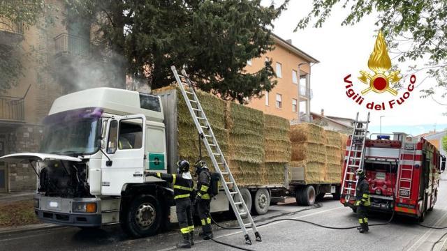 Macerata, incendio motrice autotreno carico di paglia. Tempestivo intervento Vigili del Fuoco evita il peggio